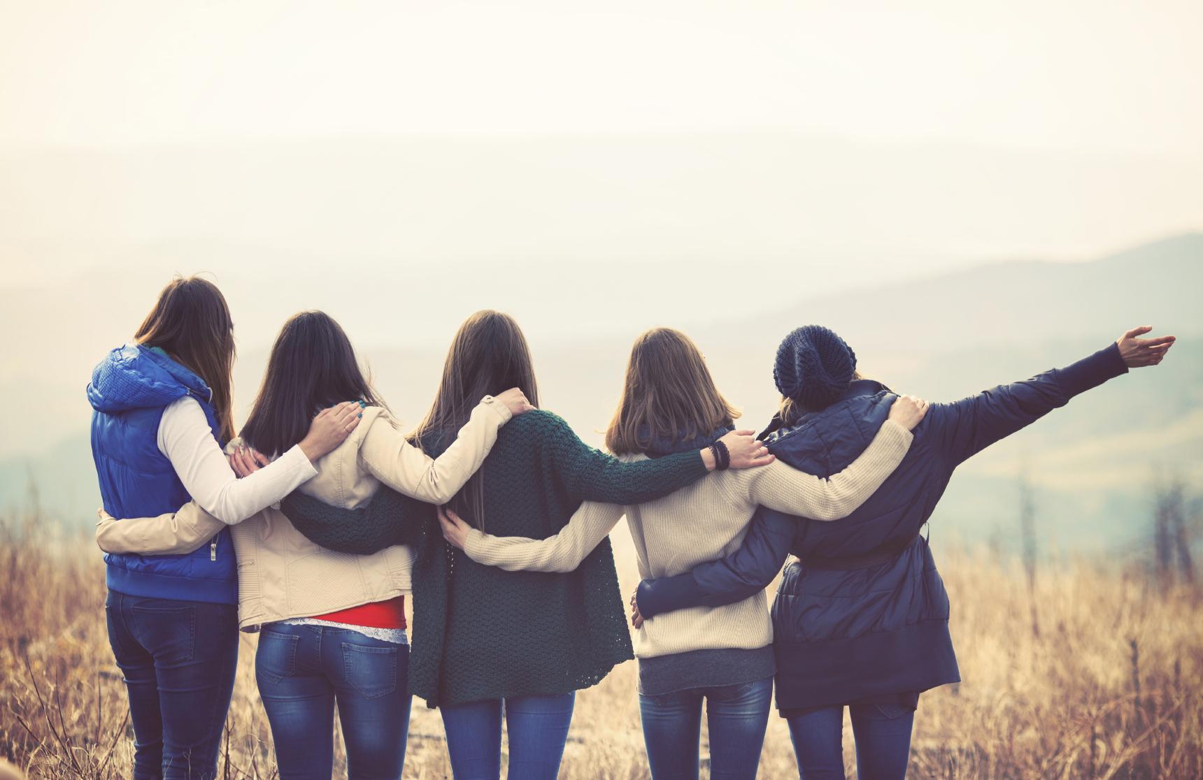 Девушки подруги обнимаются фото