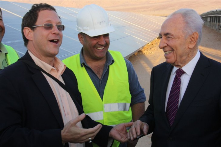 Yosef Abramowitz, left, with  Shimon Peres (Photo credit: Jucha Engel)