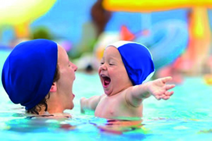 ist2_13560680-happy-child-and-mom-at-swimming-pool-in-summer