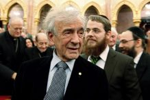 Elie Wiesel attends a symposium of Jewish-Hungarian solidarity in Budapest's parliament in 2009. (LASZLO BALOGH PHOTO/REUTERS)