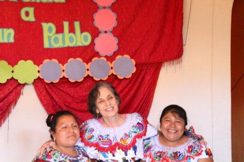 Brenda en San Pablo with women who crochet the kippot