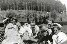 REFERRAL: During an outing in 1922, Walter Hollander (third from left) with friends (public domain)