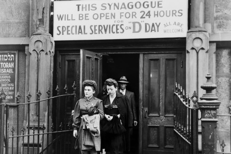 D-Day services at Congregation Emunath Israel on West 23rd Street in New York City on June 6, 1944 (Photo: Library of Congress)