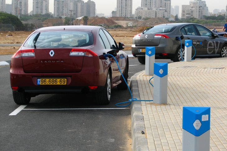 Electric vehicles charging at the Better Place visitor center at the Pi-Glilot former gas depot in Ramat Hasharon, Israel, north of Tel Aviv (Photo: Bardak/Wikimedia Commons)