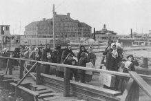 Immigrants arriving in New York in 1902 (Photo: United States Library of Congress's Prints and Photographs Division)