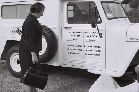 Golda Meir presents an ambulance to Kenya in 1964 (Photo: Moshe Pridan/Wikimedia Commons)
