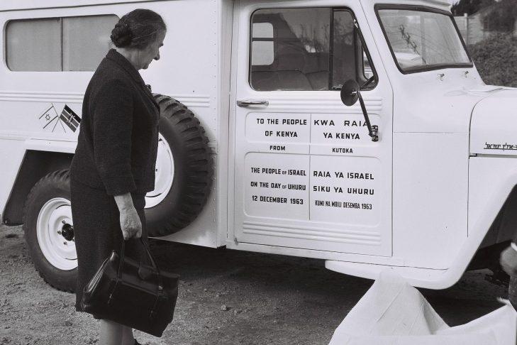 Golda Meir presents an ambulance to Kenya in 1964 (Photo: Moshe Pridan/Wikimedia Commons)