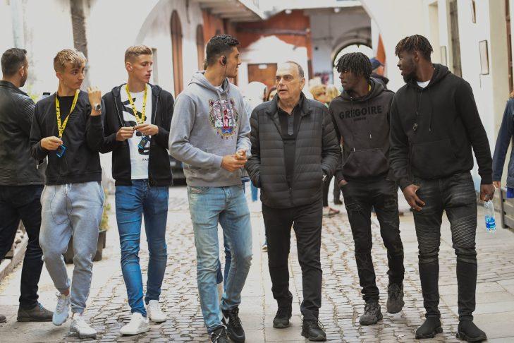 From left: Chelsea players George Nunn and Sam McClelland, Israeli football manager Avram Grant and Chelsea players Jordan Aina and Dynel Simeau (Courtesy photo)