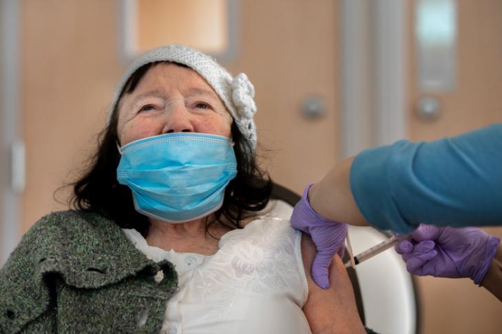 Survivor Rose Abendstern, 89, gets the COVID-19 vaccine (Photo: Ilene Perlman)