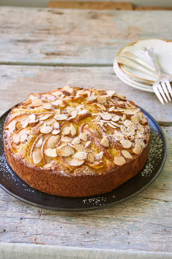 """Pear, polenta and almond cake from """"Simply Julia"""" (Photo: Melina Hammer)"""