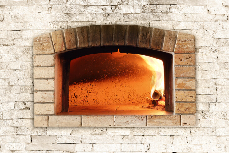 Traditional oven for pizza, with wood and bricks.